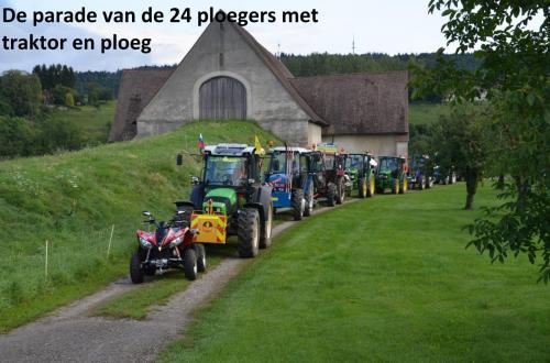 27-de-parade-van-de-24-ploegers-met-traktor-en-ploeg