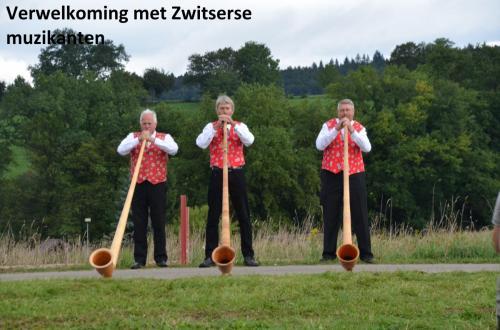 30-verwelkoming-met-Zwitserse-muzikanten