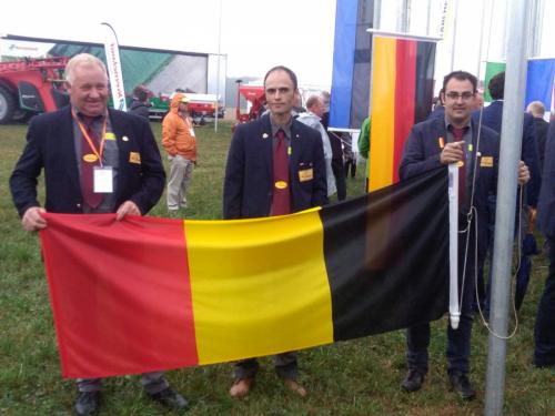 ceremonie opening vlaggen hijsen